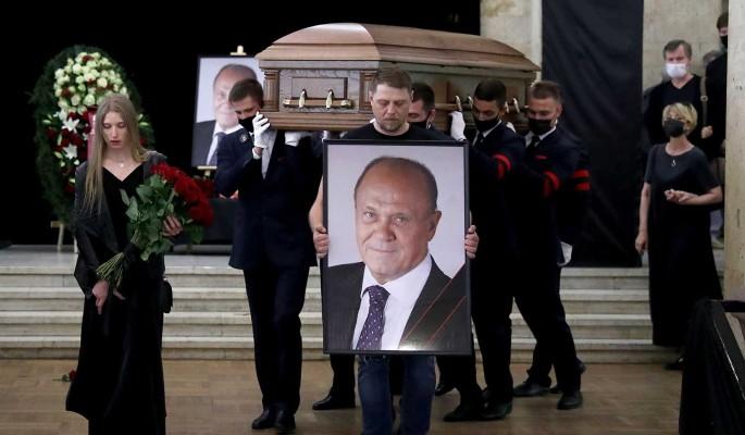 Стало известно о странном ЧП на похоронах Меньшова