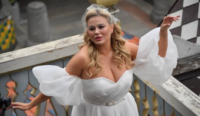 """""""Красивая невеста"""": Семенович в свадебном платье принимает поздравления"""