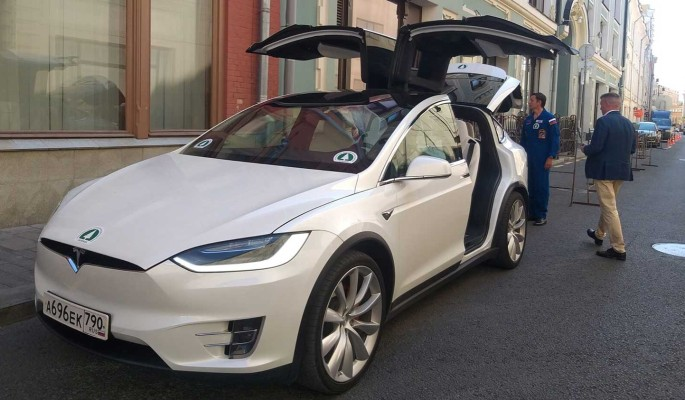 """""""Зеленые"""" привезли документы в ЦИК на электрокаре Tesla"""