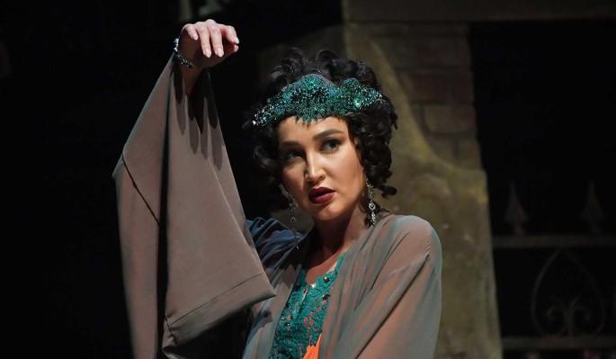 Получившая полмиллиона от МХАТ Бузова продлила контракт с театром