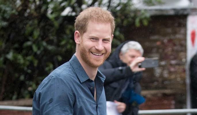 """""""Скулящий дурачок"""": грозящегося выпустить разоблачающие семью мемуары принца Гарри публично освистали"""