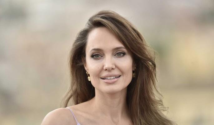 Джоли застукали в странном виде рядом с опасными насекомыми