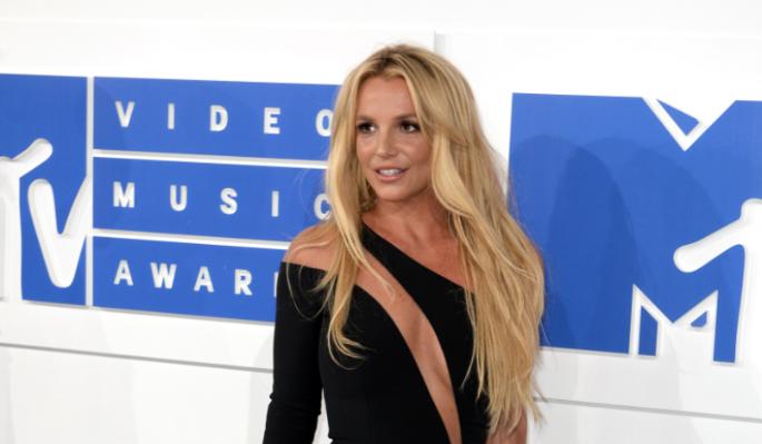 Бритни Спирс без белья вывалила наливную грудь на фоне скандала