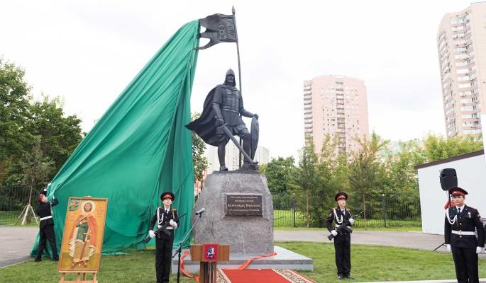 Турчак и Лавров открыли памятник Невскому на территории МГИМО