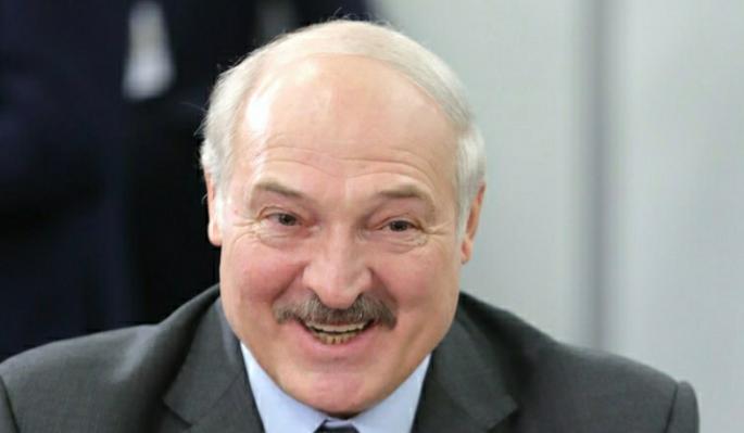 Во Дворце Независимости выставили картину с вооруженным Лукашенко