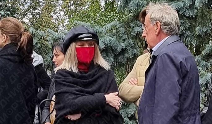 Дерзко и неуместно: Пугачева устроила провокацию на похоронах друга