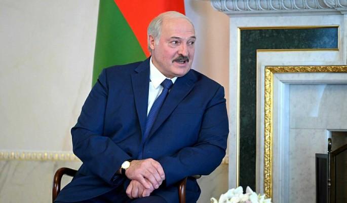 Лукашенко заявил о готовности обсуждать новую конституцию Белоруссии