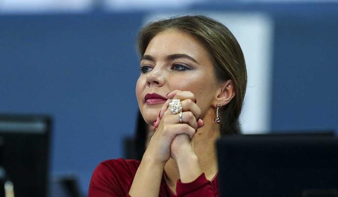 Нелепую Кабаеву в траурном костюме показали на всех экранах страны