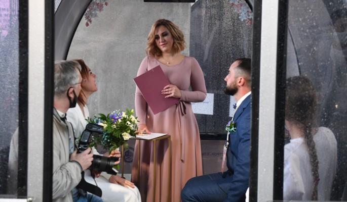 На выездных площадках Москвы поженились более 20 тысяч пар за 2,5 года