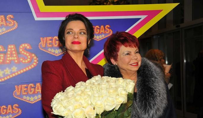 75-летняя мать Королевой развлекалась с незнакомыми мужчинами: Прелести показывает!