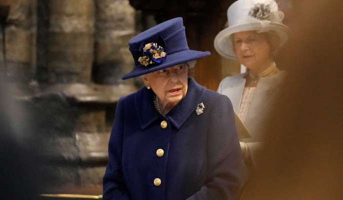 Вид опирающейся на палку Елизаветы II всполошил народ: Почти не ходит