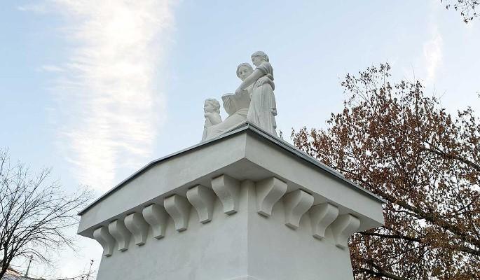 Реставрация белокаменных скульптур Императорского воспитательного дома завершена