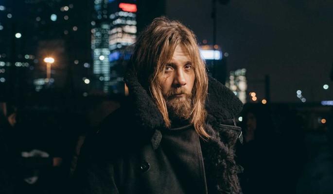 Неопрятная борода, нечесаные волосы, тулуп: известный актер Маякин превратился в бездомного