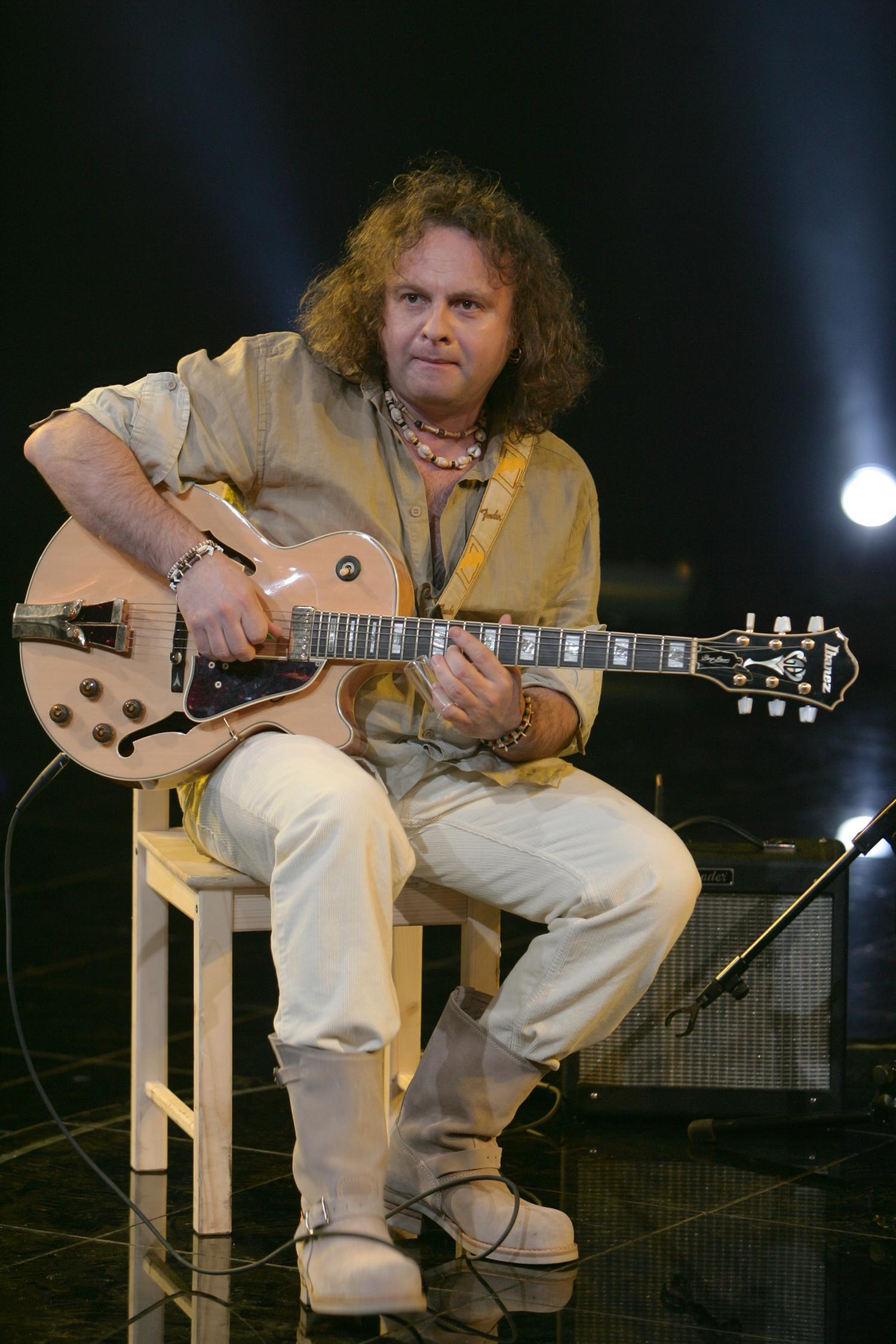 этого фотографии известных гитаристов смотреть поручается