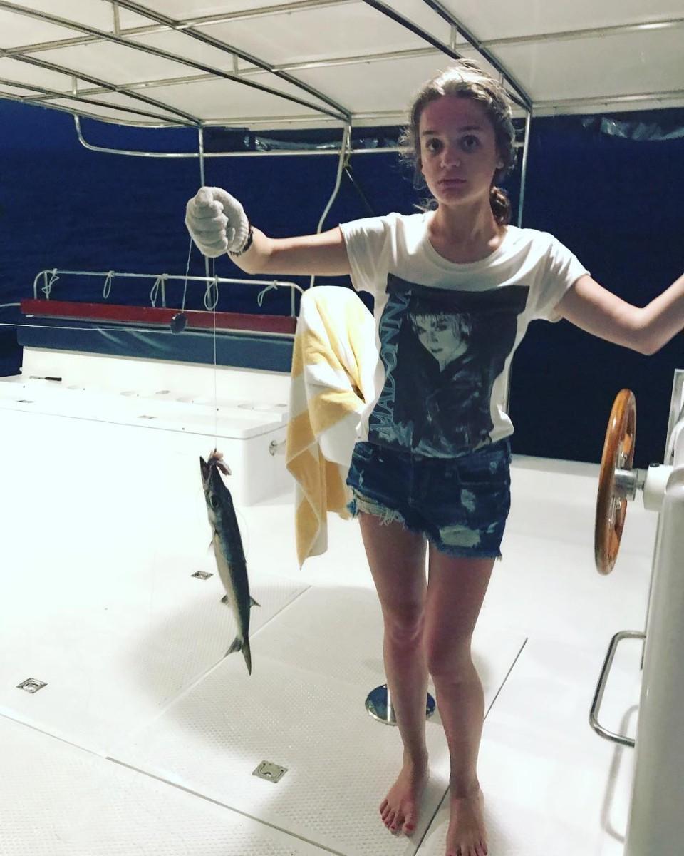 Девушка показала сиськи на рыбалке видео